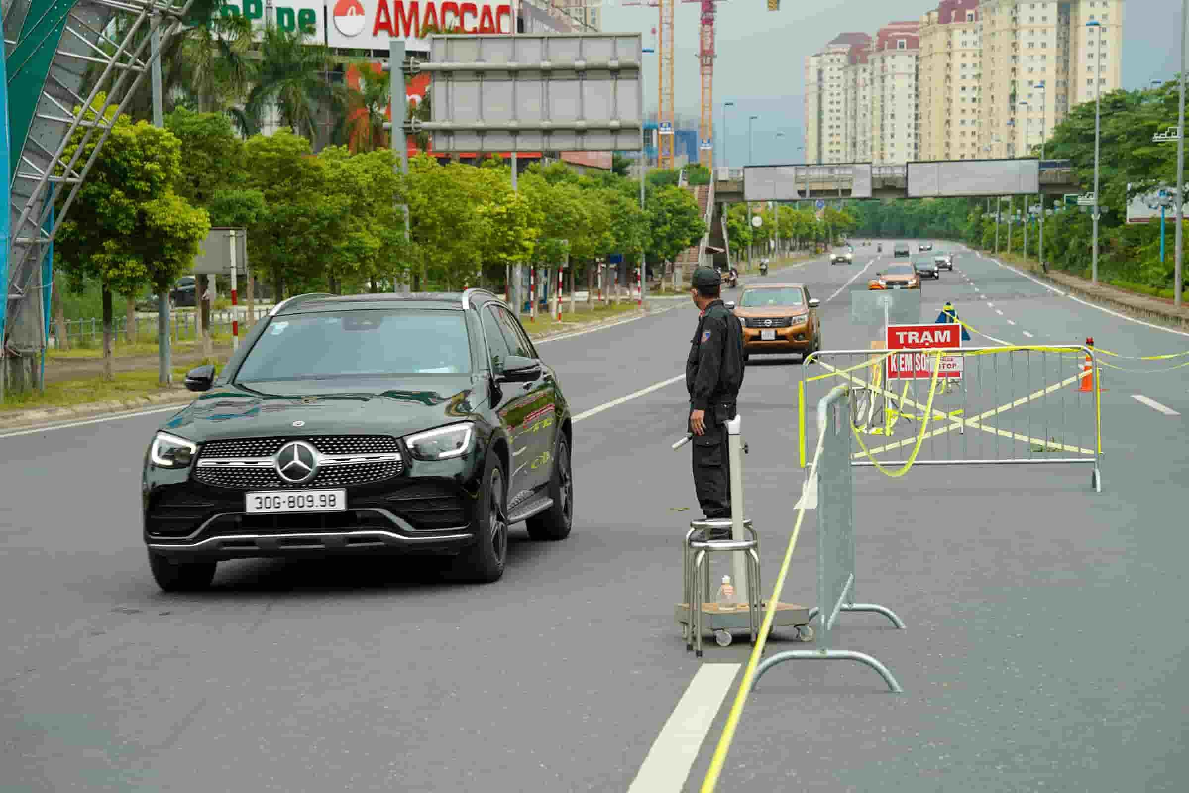 Cảnh sát lập chốt dài hơn một km kiểm tra xe vào 'vùng đỏ'
